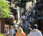 Many people, many shops, many steps in Kyoto